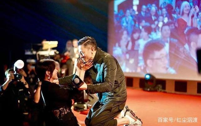 刘德华演唱会歌迷莽撞冲上台,网友:追星要理智