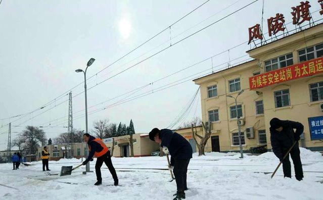 大雪连降数天旅客通行不便 唯有铁路工人昼夜