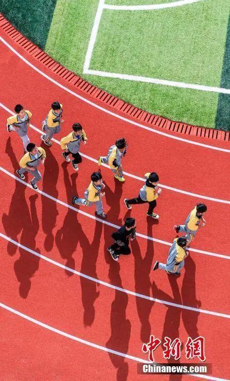 小學生到校先上體育課再上文化課,網友吵翻瞭……