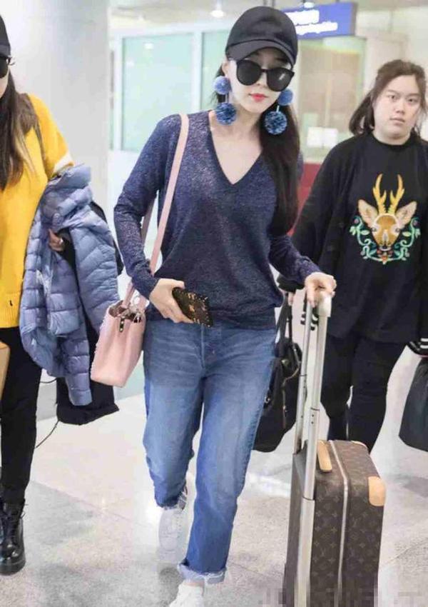 范冰冰现身机场,微胖女神现在瘦的裤子都撑不起了