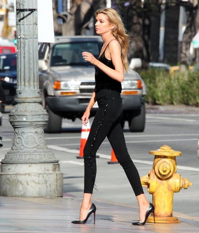 呆拉街拍都能拍成画报 坐姿实在霸气 网友:这腿我可以看一年!