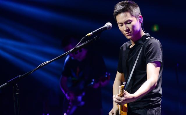 梁博在歌手上只唱了三首歌就被淘汰,但是曲曲留名,虽败犹荣!
