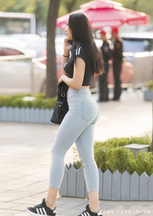 黑色的短袖配淺藍色牛仔褲,很突出身材,還有一種精致的風格