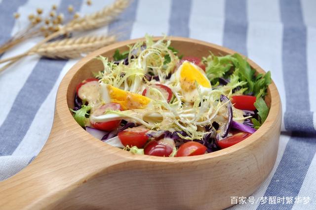 美食:烤的上等牛排配混合蔬菜沙拉,这个食谱味道很好,容易准备