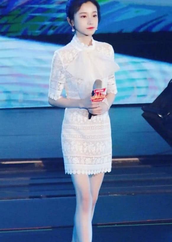 薑梓新厲害瞭,一襲白色裙顯溫婉又迷人,不過這雙腿實力搶鏡