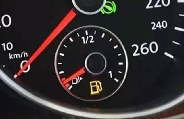 私家车油箱亮红灯还能跑多远?油泵会受损吗?答案就在这里!