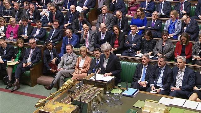 """议会脱欧投票推迟后,特蕾莎·梅被批""""可悲的怯懦"""""""