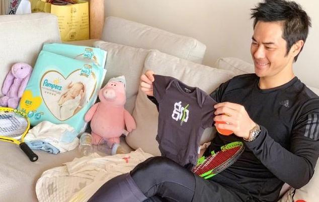 郑嘉颖首次当爸很激动,不停练习动作为迎接宝宝,小衣服透露性别