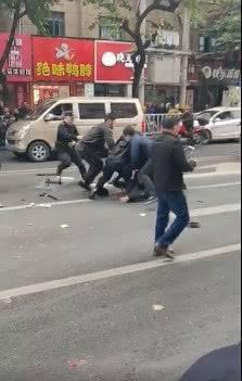 现场毛骨悚然!福建省龙岩一公交车被劫持,嫌疑人持刀砍人,后又抢公交车撞人?(一)