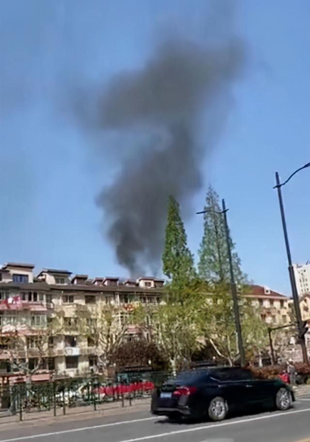 今天下午虹橋路一居民樓內雜物起火 消防迅速到場撲滅