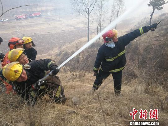 山西消防与内蒙古森林消防联合阻击沁源山火力保村庄安全
