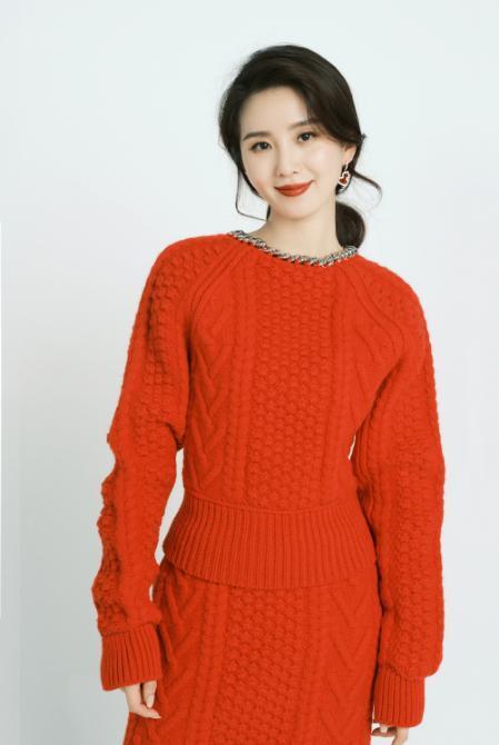 劉詩詩身材有多絕,挑戰紅色毛衣套裝,普通人輕易別嘗試