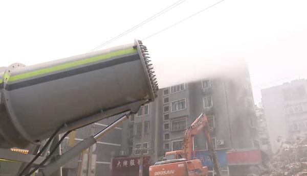 雾炮车变消防车灭火 市民点赞:城管大炮起作用了