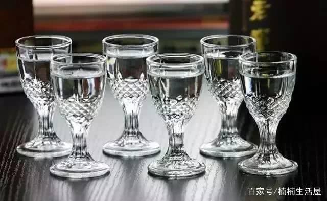 分辨真假白酒的三个方法,操作简单实用,避免自己买成勾兑的白酒