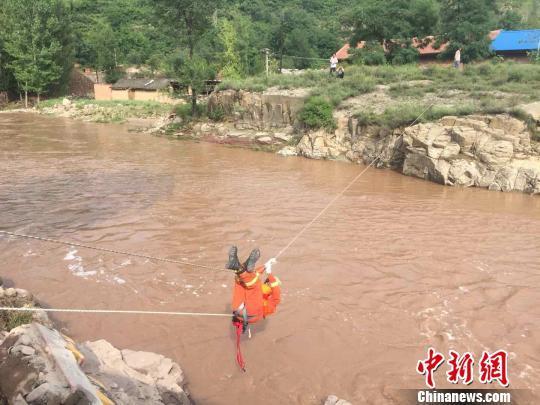 山西一村莊遭洪水圍困 消防員強渡激流救出19人