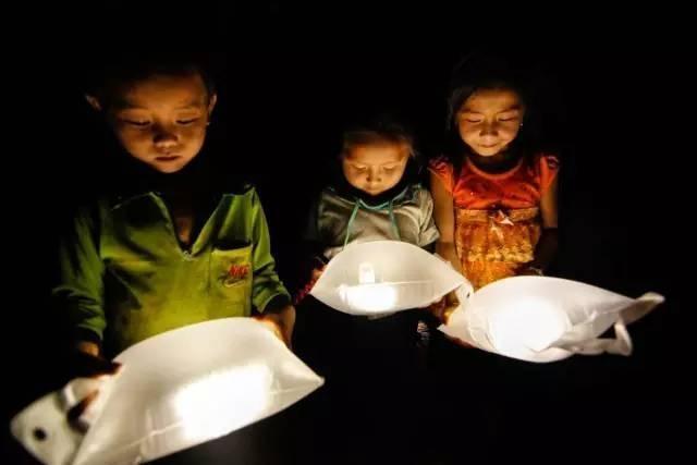 两名大学女生发明灾后应急灯,像吹气球一样吹满后,能照明30小时