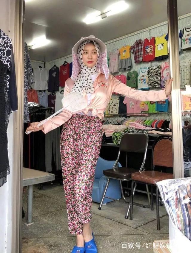 34岁尹恩惠晒村姑造型近照,穿塑胶拖鞋还被粉丝夸奖时尚