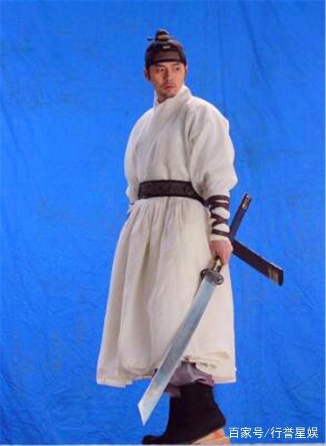 韩国男神玄彬,电影《猖獗》拍摄现场,还是那么帅气的大叔