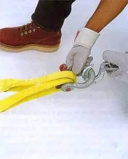应将吊装带绑在 U 型卸扣带针的一面