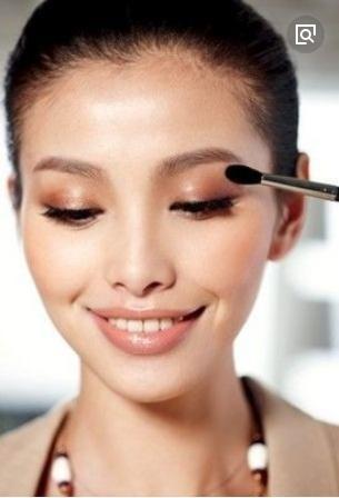 化妆到底是先涂眼影还是画眼线?其实应该遵循这一点,否则易脱妆