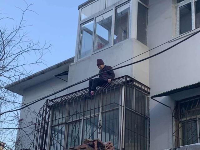 暖闻|八旬老妪发病爬出窗外被困防盗网,消防员爬楼徒手救回