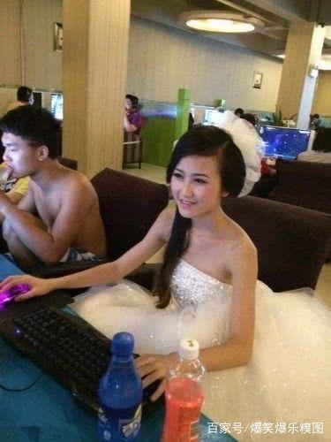 搞笑gif图:妹子,今天你结婚,怎么还跑到网吧里面打游戏来了