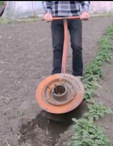 农民大叔发明开沟机,开垦荒地不费力