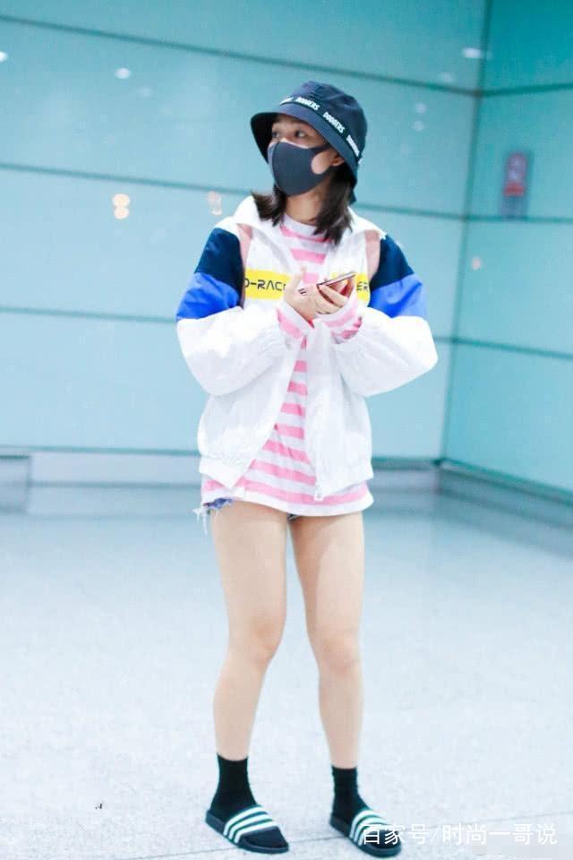 段奧娟不穿拖鞋出門瞭,一身運動裝打扮時髦又好看,喜歡嗎?