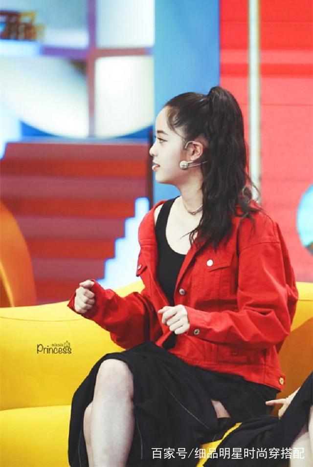 18岁欧阳娜娜真敢穿!超短裙仅能遮重点部位,坐