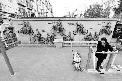 废自行车巧变浮雕展时代变迁