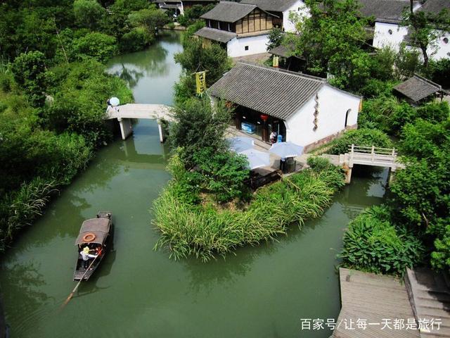 """西溪湿地是我国5A级风景区,是一个城市、农村、文化湿地一体的地方,各类动植物资源十分的丰富,旅游设施现在也是十分的完善,景区能有著名的""""三堤十景"""",风景点非常的多。"""