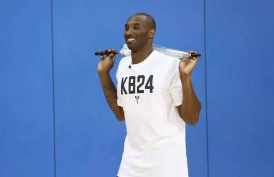 一生荣誉无数,家庭和生活都十分完美,他更是篮球场上永远的焦点