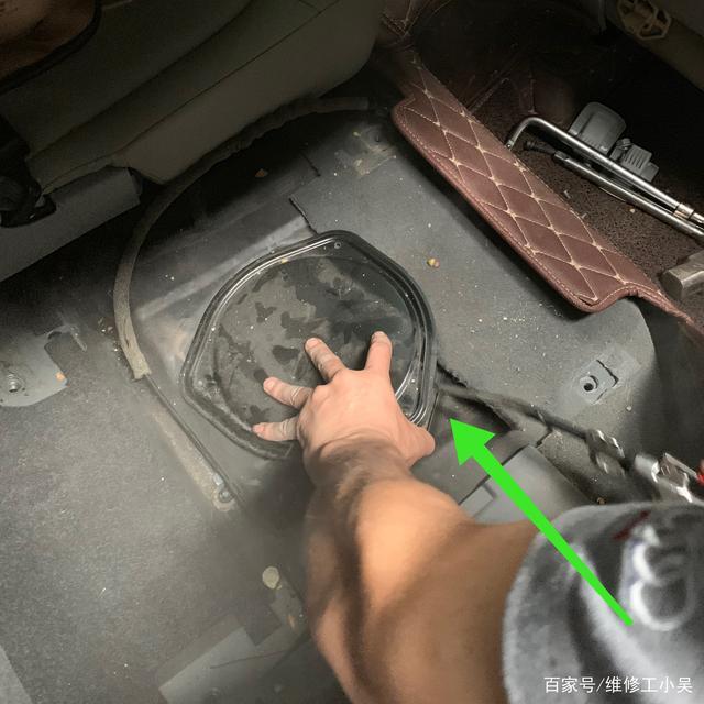 看到拆下的汽油滤芯,奥迪Q5车主有些困惑,怎么和油泵在一起呢?