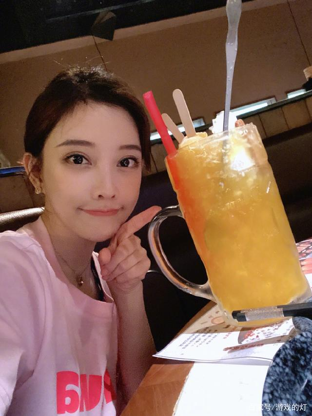 冯提莫联合众大牌明星参加江苏卫视综艺节目,观众:当家小花旦!