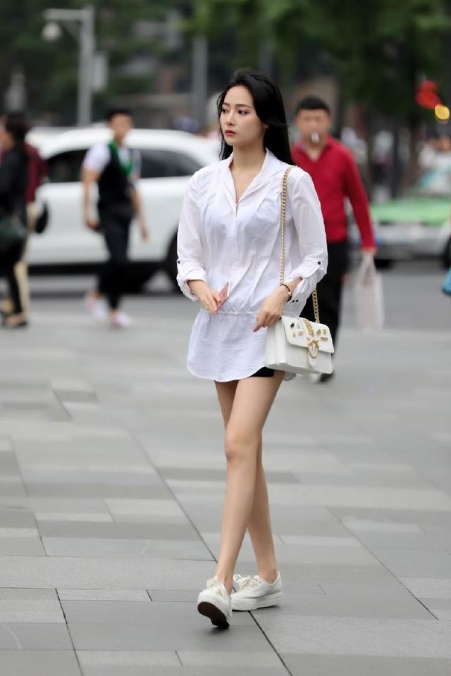街拍:热裤美女,你们的热裤还敢在短点吗?