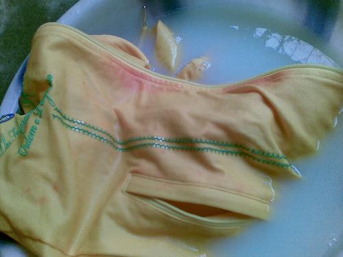 """新衣服被不小心被染色了怎么办?用点""""它""""泡一泡,轻松恢复如新(图3)"""