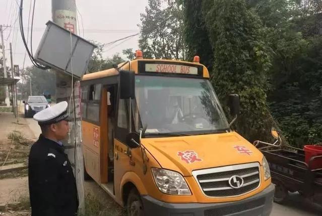 临颍:警方查获一起无牌校车准驾不符的违法行为