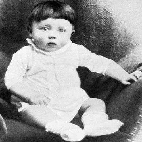 窮的外套都被賣瞭 幾根佈條掛身上 年輕時落魄的希特勒