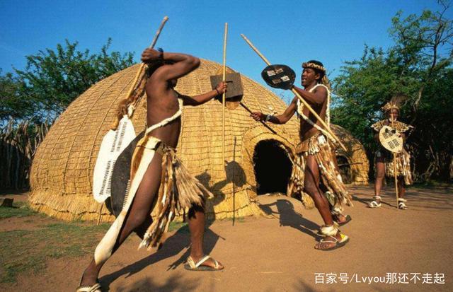 此原始部落是男人们的向往,除了一夫多妻制,未婚女子还不穿上衣