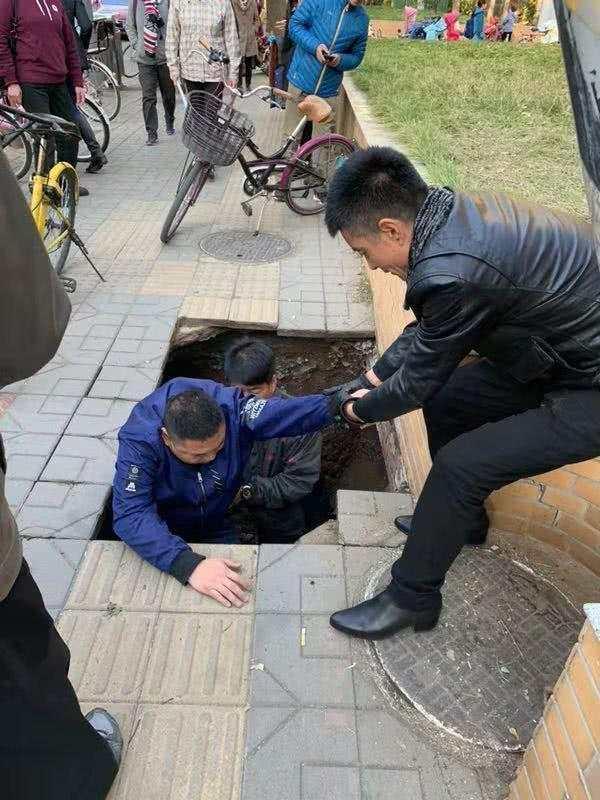 北京1人行道路面塌陷 2男子掉入坑中