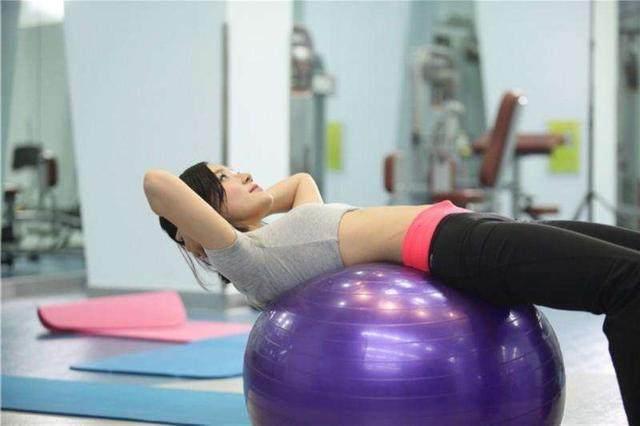 别把瑜伽球的用途限制了!它不仅能练瑜伽,还-轻博客