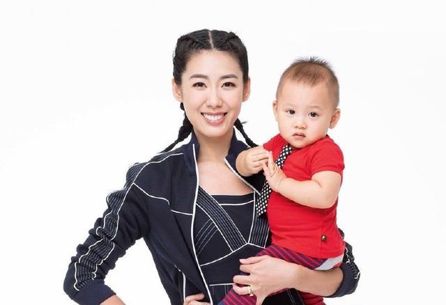 儿子4个月就抱上飞机,林可彤东京行惨穿「吐奶-轻博客