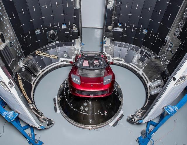 马斯克展示将送往太空的樱桃红色特斯拉跑车,会由 Falcon 重型火箭...
