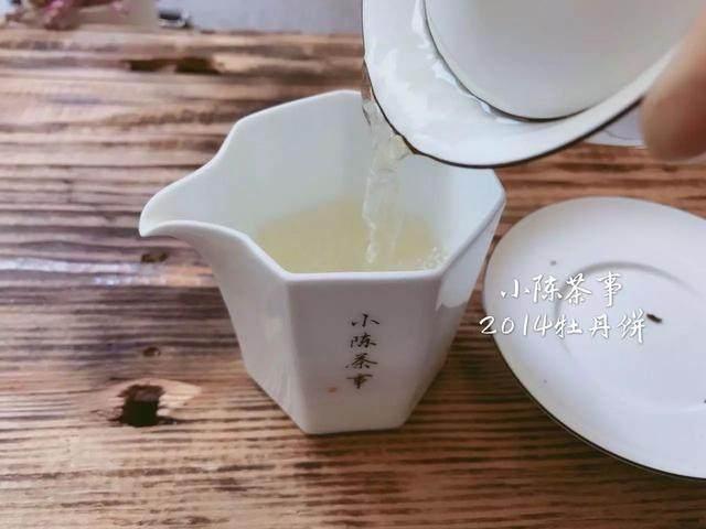 白牡丹茶饼是什么颜色