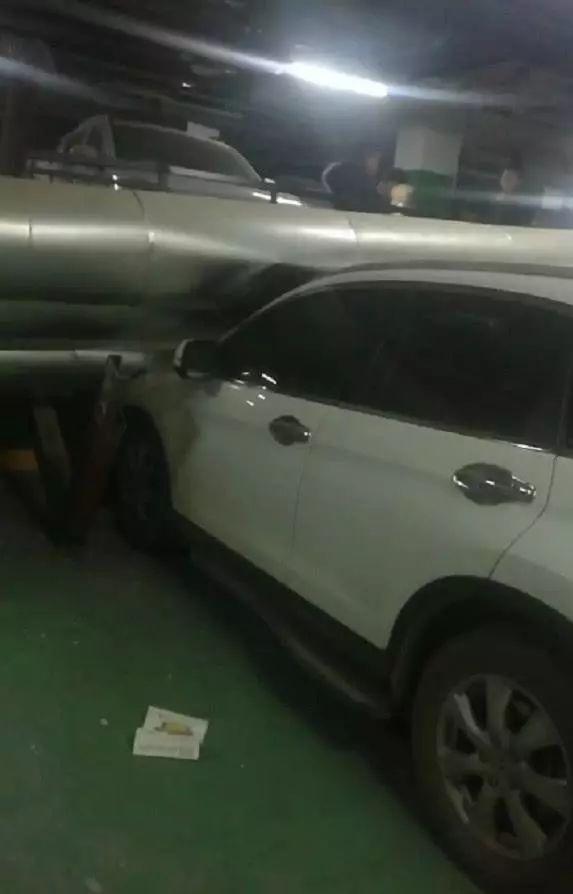 管道脱落砸私家车怎么回事?管道为何突然脱落砸坏多辆私家车谁担责
