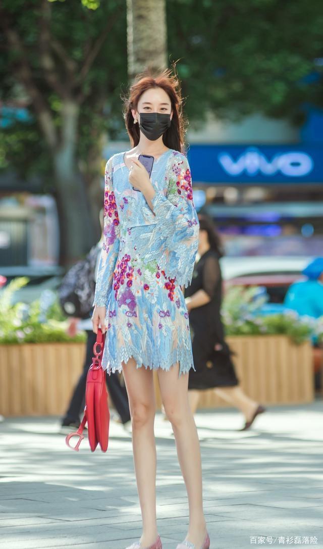 連衣裙的穿搭凸顯氣場給人以簡潔感,穿出新潮范