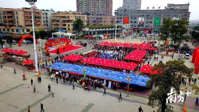 江门市:500多名义工来了!志愿服务直通车开抵荷塘