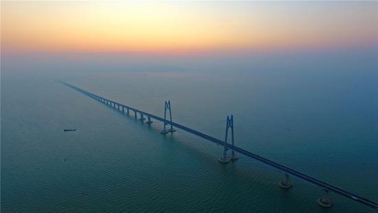 """<b>""""中国实力""""保障港珠澳大桥工程如期具备通车条件</b>"""
