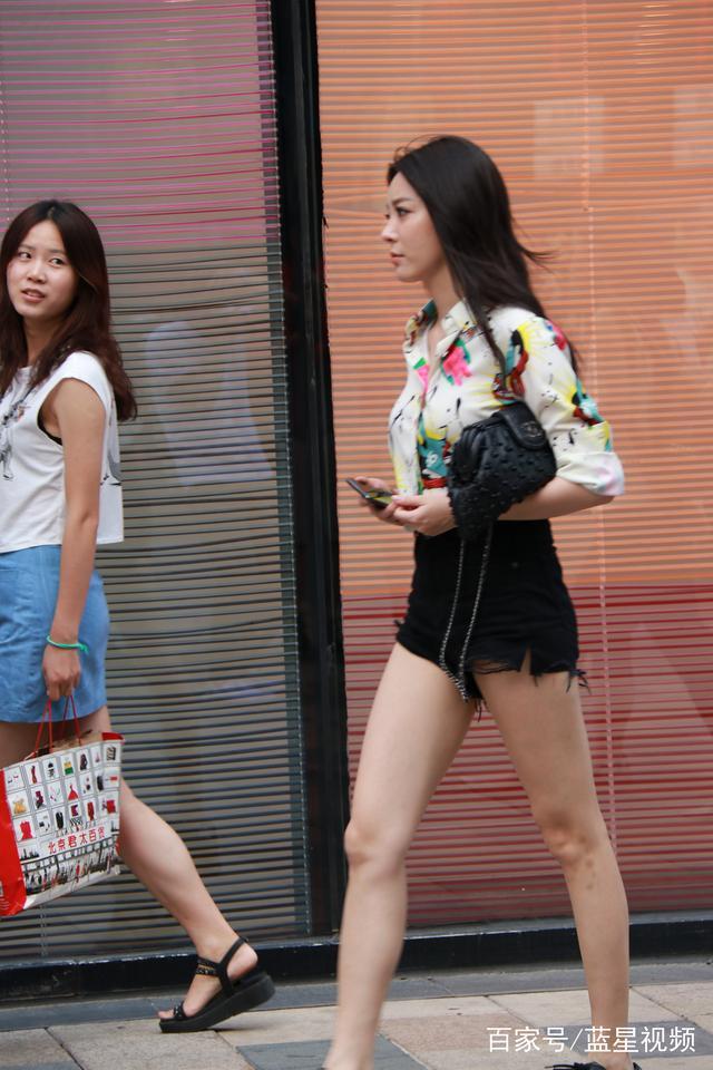 街拍北京,三里屯的时尚女孩非常多,看完这些配衣服太简单了