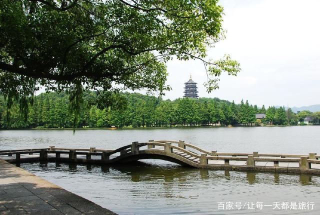 杭州西湖作为中国的十大风景区,确实有着它独特的风景,波光粼粼的湖面,微风轻拂脸颊,坐在西湖边上,悠然自得,仿佛人间仙境一般。